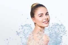Mulher bonita nova com respingo da água Fotos de Stock