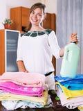 Mulher bonita nova com toalhas coloridas Fotos de Stock Royalty Free