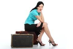 Mulher bonita nova com uma mala de viagem velha fotos de stock royalty free