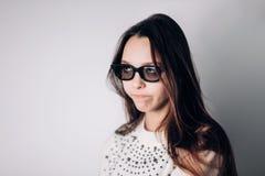 Mulher bonita nova com vidros 3d, realidade virtual, cinema imagem de stock royalty free