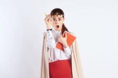 A mulher bonita nova com vidros guarda cadernos no fundo branco, emoções, professor fotos de stock royalty free