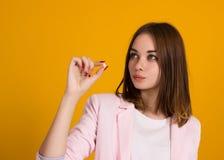 Mulher bonita nova, comprimido, estúdio Foto de Stock