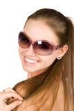 Mulher bonita nova de sorriso nos óculos de sol Imagens de Stock