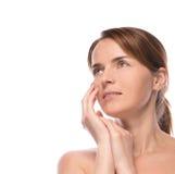 A mulher bonita nova demonstra sua pele perfeita fotos de stock royalty free