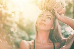 Mulher bonita nova do caucasian do bronzeado da rainha do fruto fotos de stock