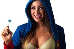 Mulher bonita nova do Latino que come um lolly-PNF Imagem de Stock Royalty Free