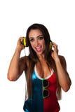 Mulher bonita nova do Latino que escuta fones de ouvido Foto de Stock