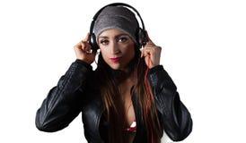 Mulher bonita nova do Latino que escuta fones de ouvido Fotos de Stock Royalty Free