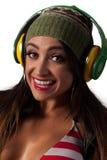 Mulher bonita nova do Latino que escuta fones de ouvido do estilo do DJ Imagens de Stock