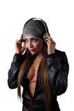 Mulher bonita nova do Latino que escuta fones de ouvido do estilo do DJ Foto de Stock Royalty Free