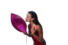 Mulher bonita nova do Latino que joga com um balão Foto de Stock
