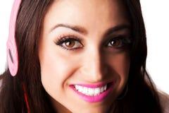 Mulher bonita nova do Latino que põe sobre o rímel Imagens de Stock Royalty Free