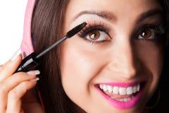 Mulher bonita nova do Latino que põe sobre o rímel Imagem de Stock Royalty Free