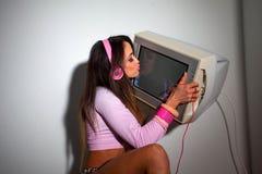 Mulher bonita nova do Latino que senta-se em uma sala de hotel Imagem de Stock
