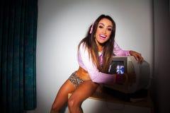Mulher bonita nova do Latino que senta-se em uma sala de hotel Fotografia de Stock Royalty Free