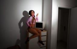 Mulher bonita nova do Latino que senta-se em uma sala de hotel Fotos de Stock Royalty Free