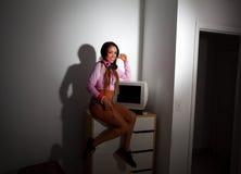 Mulher bonita nova do Latino que senta-se em uma sala de hotel Imagens de Stock