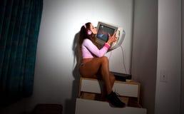 Mulher bonita nova do Latino que senta-se em uma sala de hotel Foto de Stock