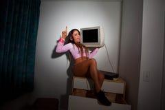 Mulher bonita nova do Latino que senta-se em uma sala de hotel Fotografia de Stock