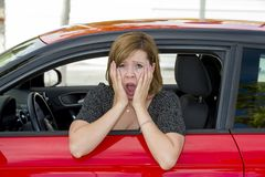 Mulher bonita nova do motorista novo fêmea do recruta assustado e forçada ao conduzir o carro no medo e no choque Fotos de Stock