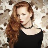 Mulher bonita nova do retrato com cabelo encaracolado Foto de Stock Royalty Free