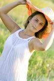 Mulher bonita nova do retrato no campo no verão Imagem de Stock