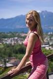 Mulher bonita nova do verão ao ar livre. montanhas fotos de stock