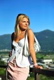 Mulher bonita nova do verão ao ar livre. montanhas fotos de stock royalty free