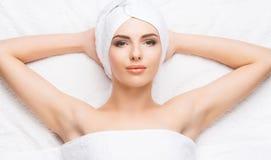 Mulher bonita, nova e saudável no salão de beleza dos termas Termas, saúde e Fotografia de Stock Royalty Free