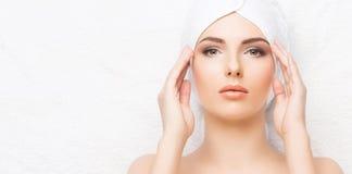 Mulher bonita, nova e saudável no salão de beleza dos termas Termas, saúde e Fotos de Stock Royalty Free