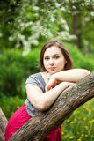 Mulher bonita nova em árvores da flor da mola Fotos de Stock