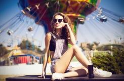 Mulher bonita nova em óculos de sol redondos do moderno e com por muito tempo Fotografia de Stock