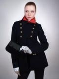 Mulher bonita nova em um revestimento curto preto Foto de Stock Royalty Free