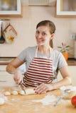A mulher bonita nova está cozinhando na cozinha imagens de stock