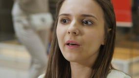 A mulher bonita nova fala emocionalmente ao noivo filme