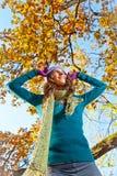 Mulher bonita nova feliz no parque do outono. imagem de stock