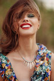 Mulher bonita nova feliz que smilling na câmera Estilo de vida co Imagens de Stock
