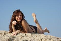 Mulher bonita nova na areia fotos de stock