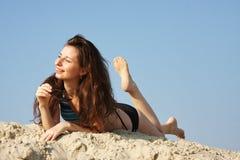 Mulher bonita nova na areia foto de stock
