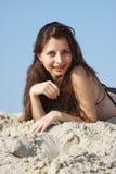 Mulher bonita nova na areia fotos de stock royalty free