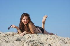 Mulher bonita nova na areia imagens de stock