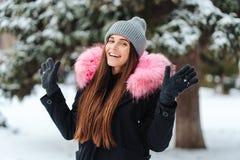 Mulher bonita nova na cidade do inverno imagens de stock
