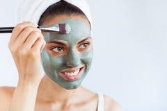 Mulher bonita nova na máscara protetora da lama azul terapêutica Termas imagem de stock