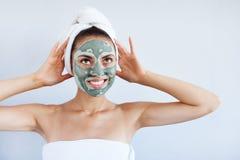 Mulher bonita nova na máscara protetora da lama azul terapêutica Termas imagem de stock royalty free