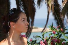 Mulher bonita nova na palma Imagens de Stock