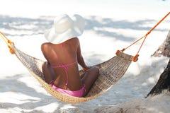 Mulher bonita nova na praia foto de stock royalty free