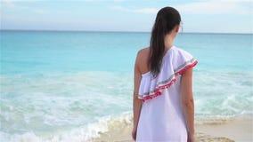 Mulher bonita nova na praia tropical branca Menina que anda pelo mar Movimento lento video estoque