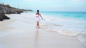 Mulher bonita nova na praia tropical branca Menina que anda pelo mar Movimento lento filme