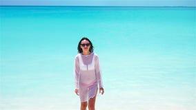 Mulher bonita nova na praia tropical branca Menina que tem o divertimento em suas férias de verão Movimento lento video estoque
