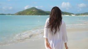 Mulher bonita nova na praia tropical da areia branca filme